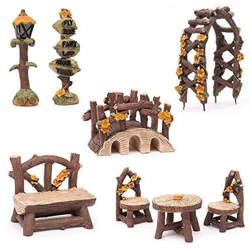 Fortag Miniatur Woodland Outdoor Fairy Garten Kollektion Möbel mit 2x Hocker  Stuhl  Tisch  hölzerne Tür Arch  Straßenschilder  Straßenlaternen  Brücke Set von 8 Stück Hand-painted Kit